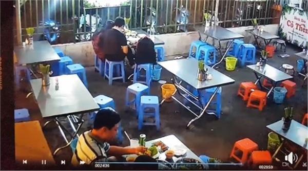 Ôm hôn không rời giữa quán ăn, cặp đôi khiến chủ quán nổi gi ận đùng đùng đuổi ra ngoài - Ảnh 3