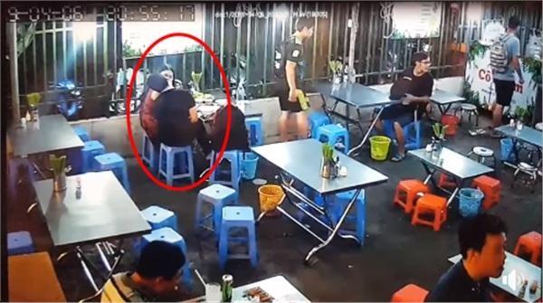 Ôm hôn không rời giữa quán ăn, cặp đôi khiến chủ quán nổi gi ận đùng đùng đuổi ra ngoài - Ảnh 1