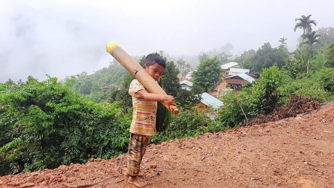 Cậu bé chân trần đi bộ đường núi, vác cây măng trên vai gửi tặng người dân ở tâm dịch Đà Nẵng - Ảnh 1