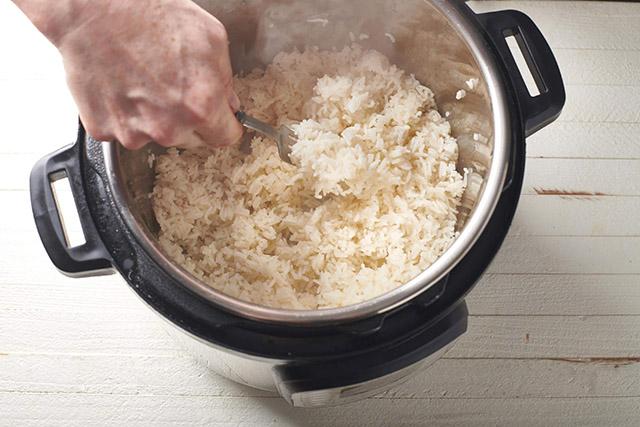 Cơm chín hãy thêm thứ này vào, bí quyết khiến cơm trong sushi lúc nào cũng ngon - 2