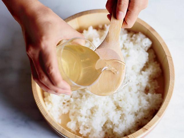 Cơm chín hãy thêm thứ này vào, bí quyết khiến cơm trong sushi lúc nào cũng ngon - 3